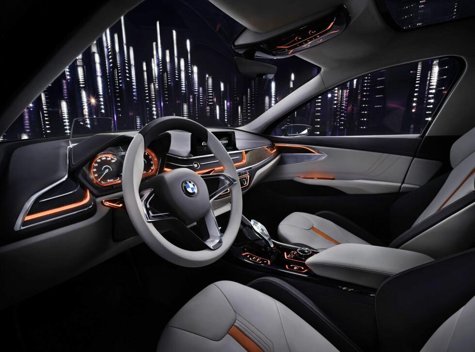LEK MED LYS:Tekno-premium, er stilen her med en litt vågal versjon av BMWs interiørstil, med seter og toppen av dashbordet kledd i nappa-skinn, samt dekor i børstet aluminium og tre. Men overdrevent konsept-futuristisk er det ikke. Foto: BMW