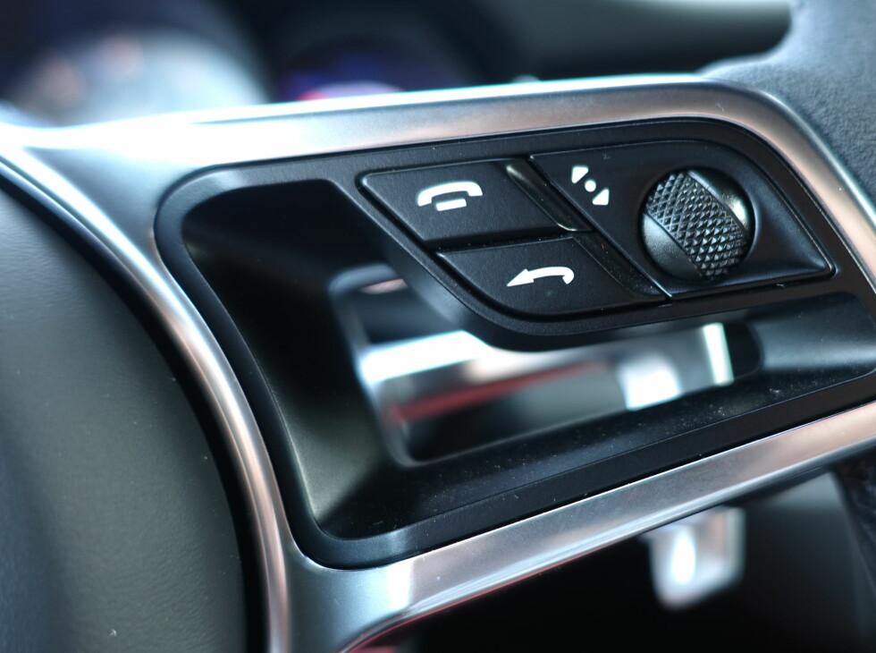 MULTIFUNKJSON: Mens du på 911 fortsatt betjener kjørecomputeren med egen stikke på rattstammen, har Macan fått multifunkjoner på rattet. Foto: RUNE M. NESHEIM