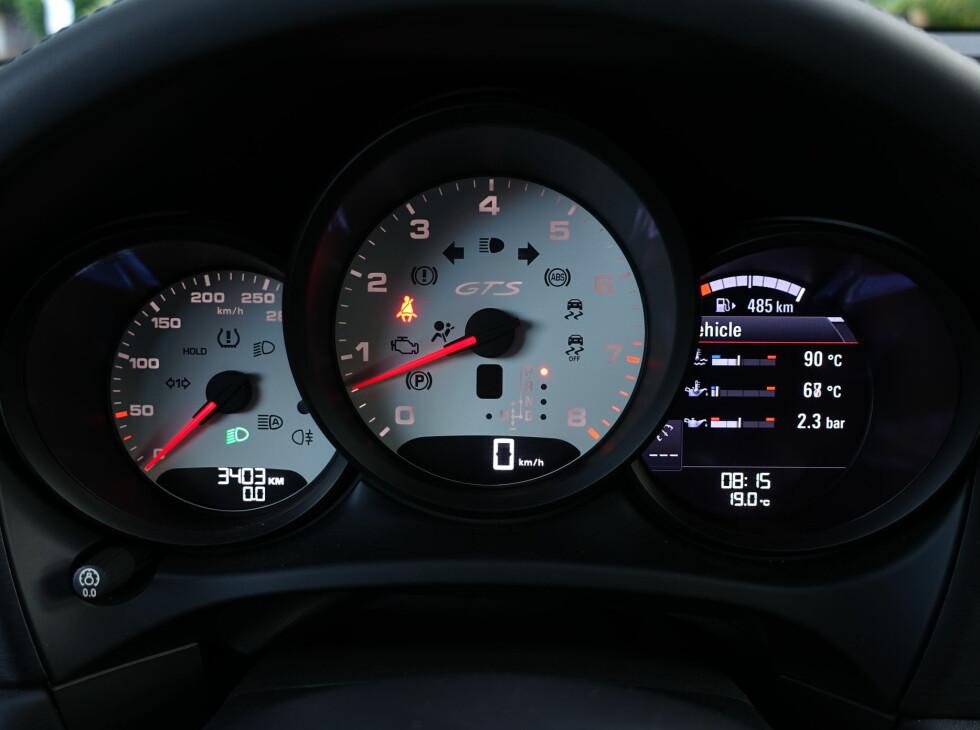 TURTALL I FOKUS: Macan er en sportsbil, ferdig snakka. Heldigvis har du digitalt speedometer for det analoge er så lite og grovt oppdelt at det er vanskelig å se hvor fort det går. Foto: RUNE M. NESHEIM