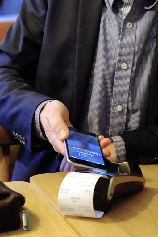 IKKE RASKERE: Mobilbetaling er kanskje gøyere, men neppe raskere enn å dra kortet. Rasmussen tror dette bidrar til å dempe begeistringen, til tross for at svært mange betalingsterminaler allerede akseptererer alle typer NFC-betalinger. Foto: OLE PETTER BAUGERØD STOKKE