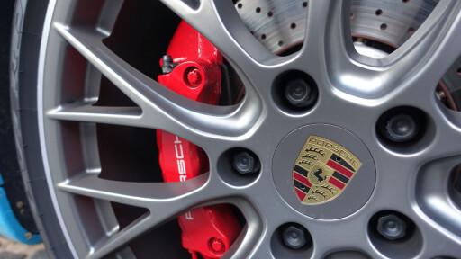 BEDRE BREMSER: Carrera har fått tykkere skiver. Carrera S (på bildet) har større skiver og lånt klosser fra Turbo. Karbonbremser er også tilgjengelig. Foto: RUNE M. NESHEIM