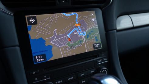 GOOGLE: Ny skjerm med funksjonalitet som smarttelefoner blir standard på alle Porscher fremover. Zoom med to fingre, koble opp mobilen, få Googles køvisninger rett på kart osv.  Foto: RUNE M. NESHEIM