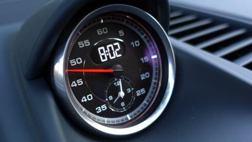 TIDTAGER: Hvor mange som bruker denne klokka, aner jeg ikke, men de fleste har den fordi Sport Chrono-pakka også gjør bilen 0,2 sekunder raskere fra 0-100. Foto: RUNE M. NESHEIM