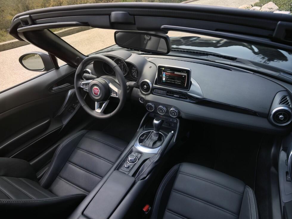 MAZDA MED FIAT-LOGO: Det er interiøret i bilen. Her har ikke Fiat endret noe annet enn logoen - men det er egentlig bare en fordel, tror vi. Foto: FIAT