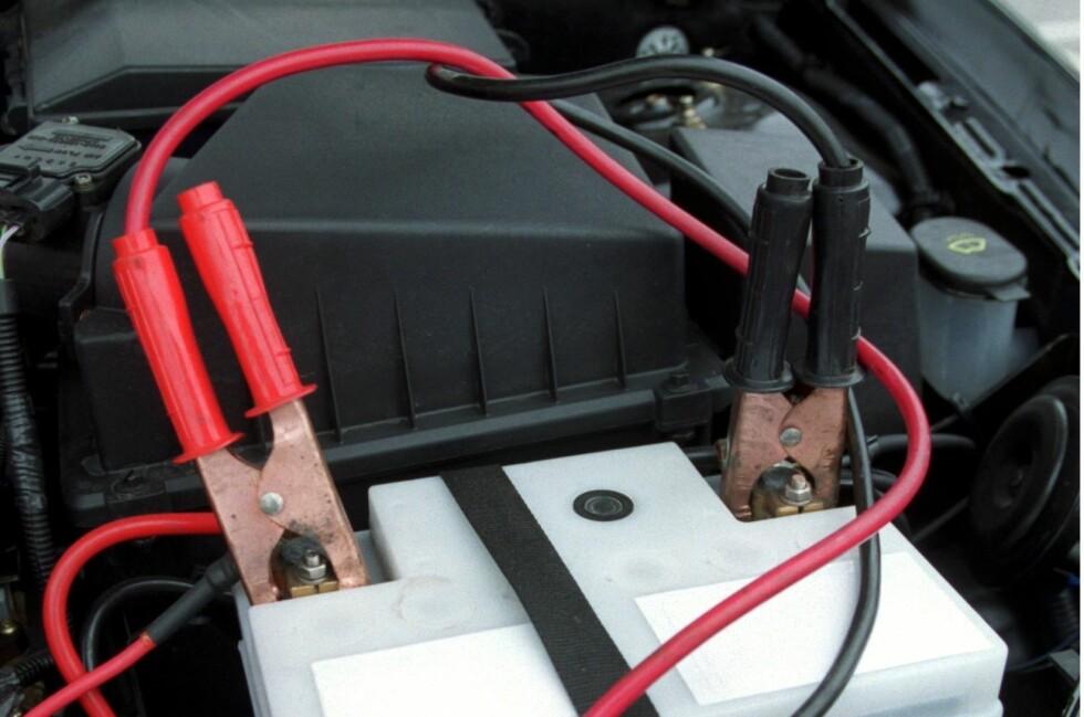 DOBBELTSJEKK: Dobbeltsjekk før du forsøker å starte bilene. Er kablene plassert feil vil det kunne kortslutte bilenes elektriske anlegg. Foto: NTB SCANPIX/Claudio Bresciani
