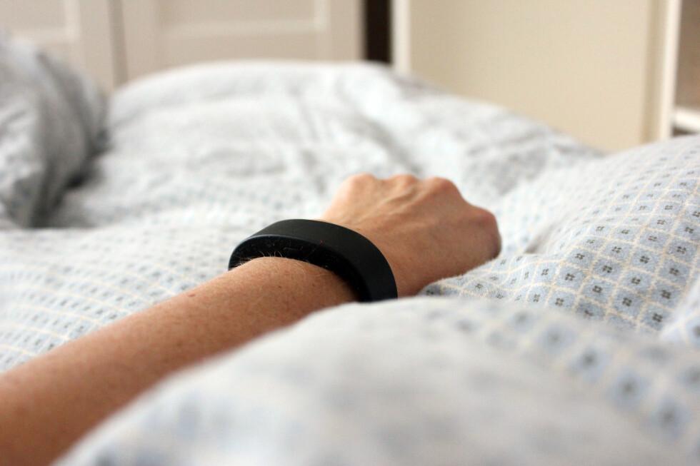 VEKKERKLOKKE: Ut med den gamle vekkerklokka: Aktivitetsarmbåndet vekker deg med en enkel vibrering på hånda - så vekker du ikke andre enn deg selv. Foto: KRISTIN SØRDAL