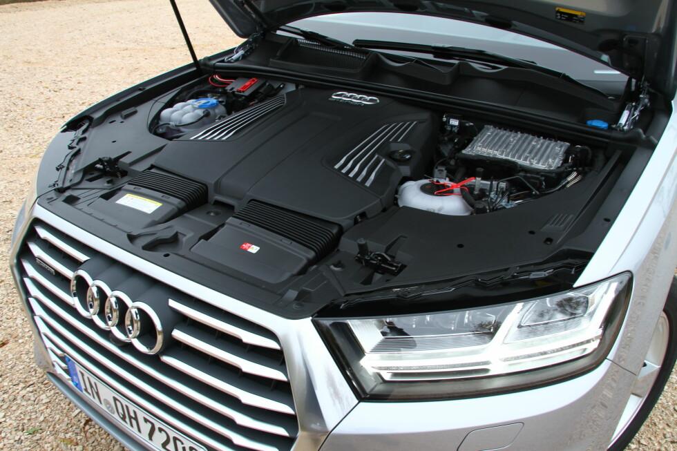 TETTPAKKET: I motorrommet er det tettpakket, som vanlig.  Foto: Fred Magne Skillebæk