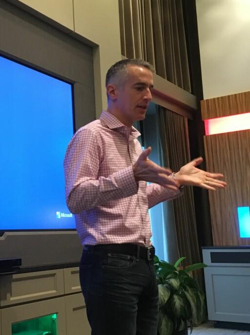 RETTER OG FORBEDRER: Microsofts kommunikasjonssjef Tim O'Brien forteller om nyhetene i den første store oppdateringen til Windows 10. Foto: BJØRN EIRIK LOFTÅS