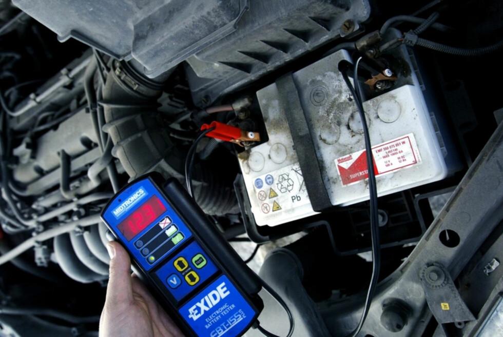 SJEKK BATTERIET FØR VINTEREN: Batteriet har kanskje holdt godt i sommer, men vinteren setter det virkelig på prøve. Ta en vurdering på om du skal gå til anskaffelse av et nytt.  Foto: NTB SCANPIX / HENRIK BJÖRNSSON