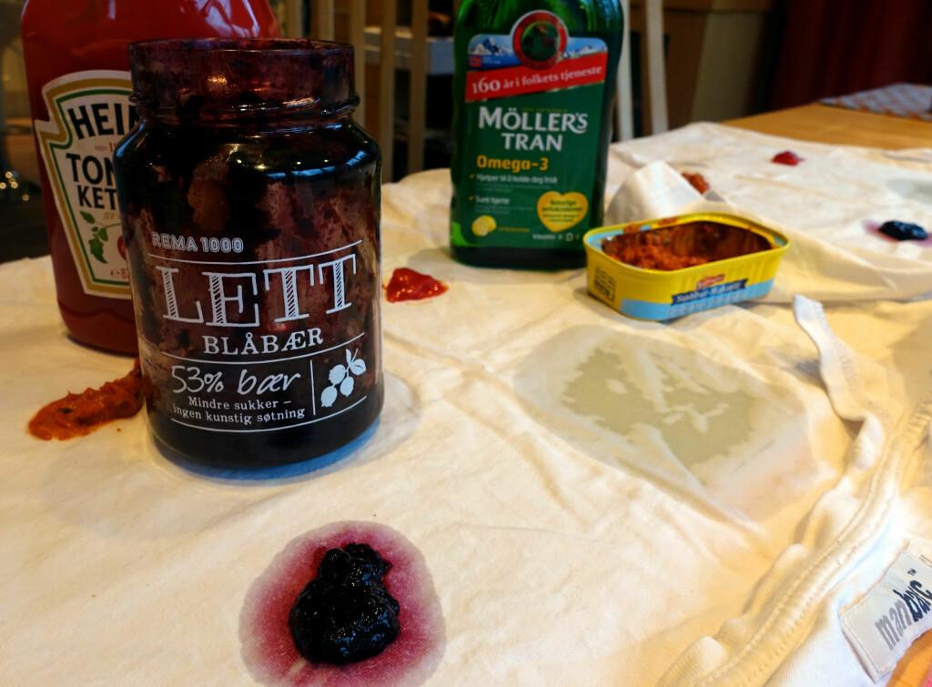 OOOPS! Oida, her har vi sølt litt ... Vi har målt opp de flekkede ingrediensene, slik at det er lik mengde flekk på to like skjorter. Foto: KRISTIN SØRDAL