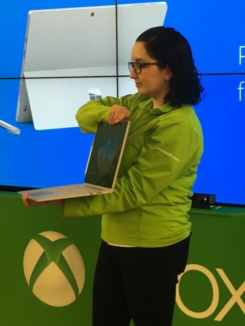 POPULÆR: Marge Jones demonstrerer Surface Book for Dinside. Foto: BJØRN EIRIK LOFTÅS