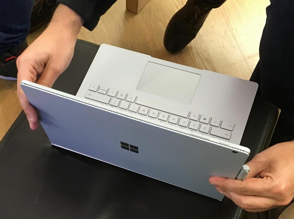 Tastaturdelen har også en stor pekeplate. En penn (ses til høyre) kan brukes rett på skjermen til arbeid som krever presisjon. Foto: BJØRN EIRIK LOFTÅS