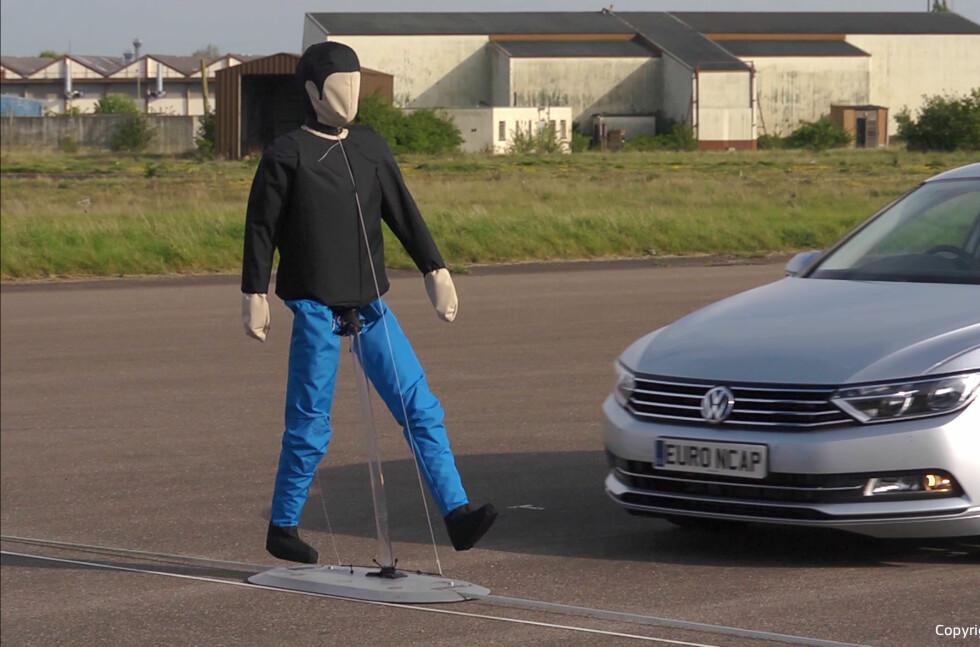 SIMULERER: En dukke i bevegelse skal simulere en person som kommer ut i veibanen.  Foto: EURONCAP