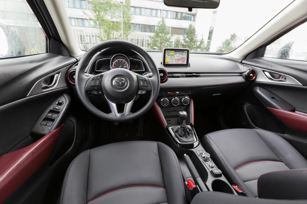 <strong><b>INTERIØRET:</strong></b>  CX-3 viderefører det litt sportslige interiøret vi er kjent med fra Mazda3 og Mazda2.  Foto: KASPER VAN WALLINGA