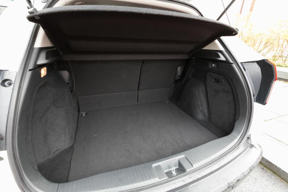 <strong><b>PLASS TIL DET MESTE I HR-V:</strong></b> Selv under det mange tror er gulvet i bagasjerommet, så befinner det seg enda et rom som alene tar imot en middels stor koffert.  Foto: KASPER VAN WALLINGA