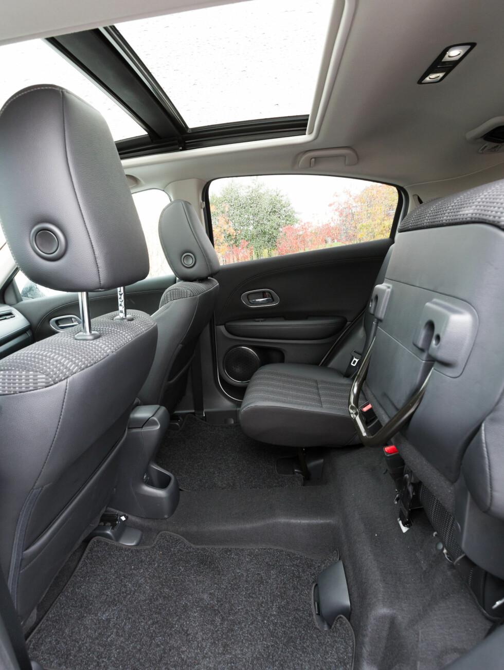 <strong><b>SUPERSMART BAKSETELØSNING:</strong></b> Hondas magic seats, hvor sitteputen kan vippes opp mot ryggen, bys det på god frakteplass i baksetet også.  Foto: KASPER VAN WALLINGA