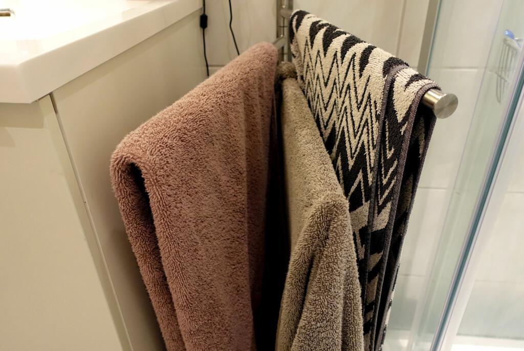 <b>PASS PÅ:</b> Håndklærne tørker raskere og bedre dersom de henger utbrettet på en stang, heller enn sammenbrettet eller på en knagg. Slik unngår du sur lukt - også kjent som bakterier. Foto: KRISTIN SØRDAL
