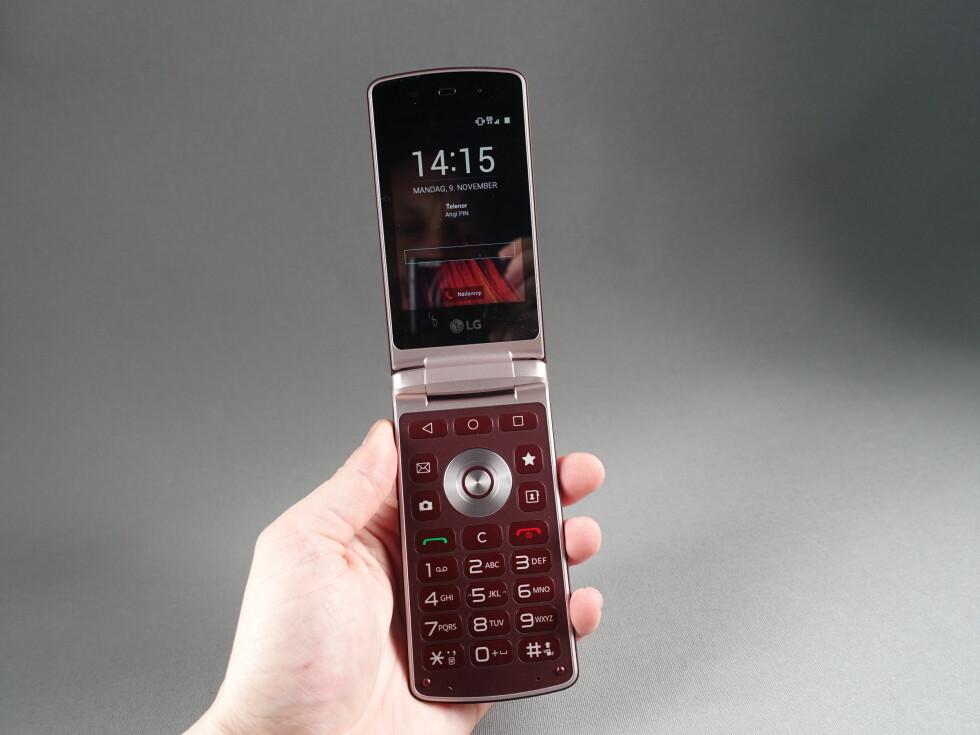 HØY: Vi hadde glemt hvor store klapptelefonene egentlig fortonet seg da vi brukte dem for et tiår siden. Foto: PÅL JOAKIM OLSEN