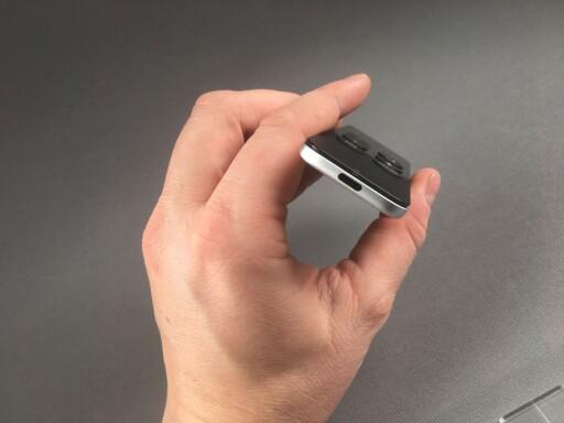 KAN LADES: Apple TV-fjernkontrollen har en Lightning-kontakt i bunnen. Foto: PÅL JOAKIM OLSEN