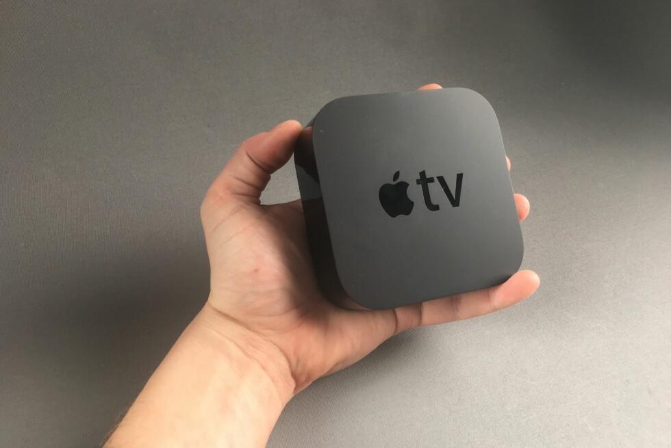 EN HÅNDFULL: Så stor er nye Apple TV. Fotavtrykket er likt som sist, men høyden er nesten det dobbelte. Foto: PÅL JOAKIM OLSEN