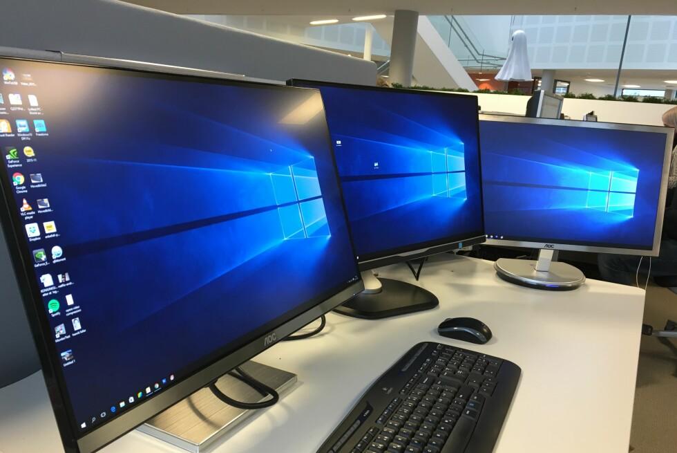 TRIPP TRAPP TRESKO: Med tre høyoppløste skjermer på pulten får du et digitalt skrivebord med plass til det meste. Foto: BJØRN EIRIK LOFTÅS
