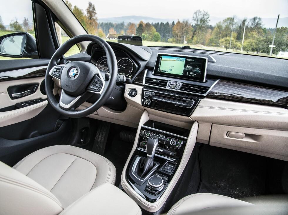 LEKKERT: BMWs interiør er pent og lekkert selv om vi kunne ønske oss mer stuerom. Foto: JAMIESON POTHECARY