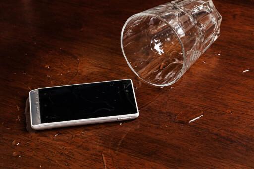 UHELDIG: Hvis du søler vann på telefonen, eller den blir fuktskadet på andre måter, er det lite trolig at du får betalt reparasjon.  Foto: BLACKDAY / NTB SCANPIX