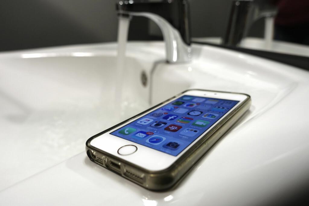 <b>GJØR DU DETTE?</b> Elektronikk og vann går ikke særlig godt sammen, men tåler en vanlig mobiltelefon å ligge i et dampende baderom? Foto: AKSEL RYNNING