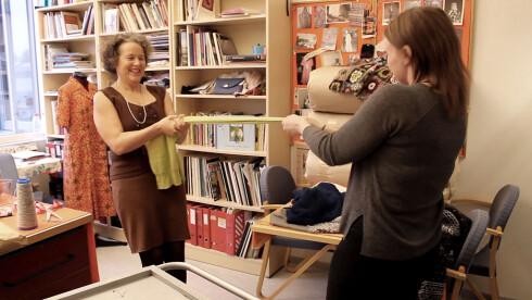 STREKK UT:  Dere bør være to personer når dere strekker ut en genser. Foto: OLE PETTER BAUGERØD STOKKE