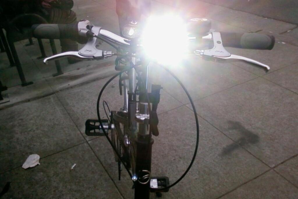 <b>BLENDER:</B> LED-lykter som dette kan være både plagsomt og trafikkfarlig. Likevel har både politiet og sykkel-folket mest fokus på at folk <i>bruker</i> lys. Foto: LUXO MEDIA