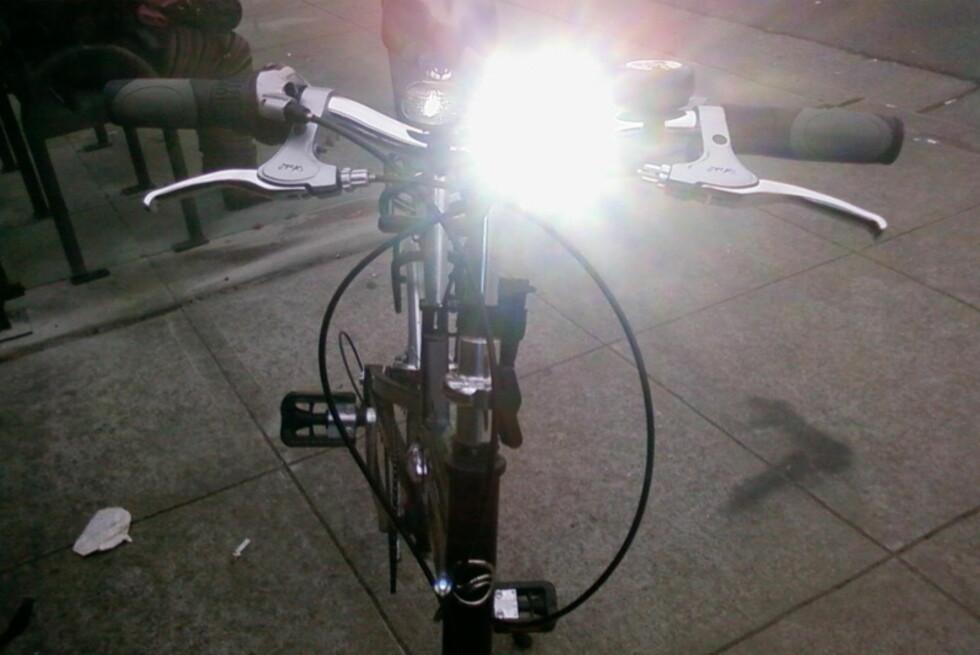 BLENDER: LED-lykter som dette kan være både plagsomt og trafikkfarlig. Likevel har både politiet og sykkel-folket mest fokus på at folk bruker lys. Foto: LUXO MEDIA