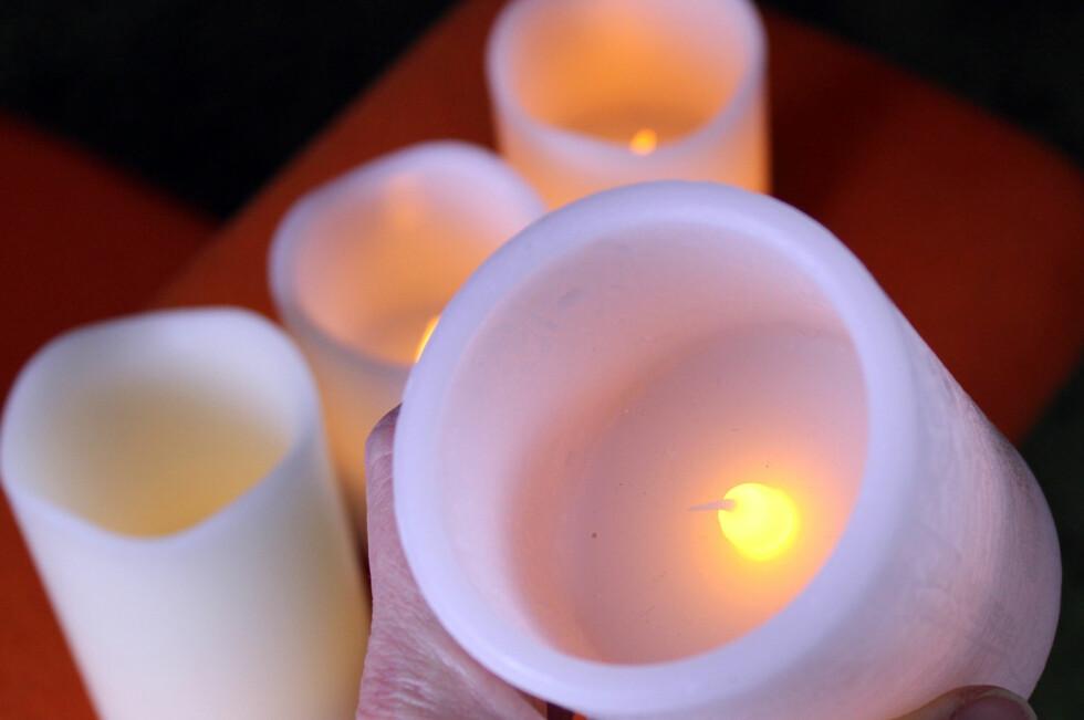 BILLIGERE OG BEDRE: Det er både billigere og bedre for helse og brannfare, å tenne LED-vokslys i stedet for vanlige levende lys. Og med timer får du hygge hele uka - uten å løfte en finger. Foto: KRISTIN SØRDAL