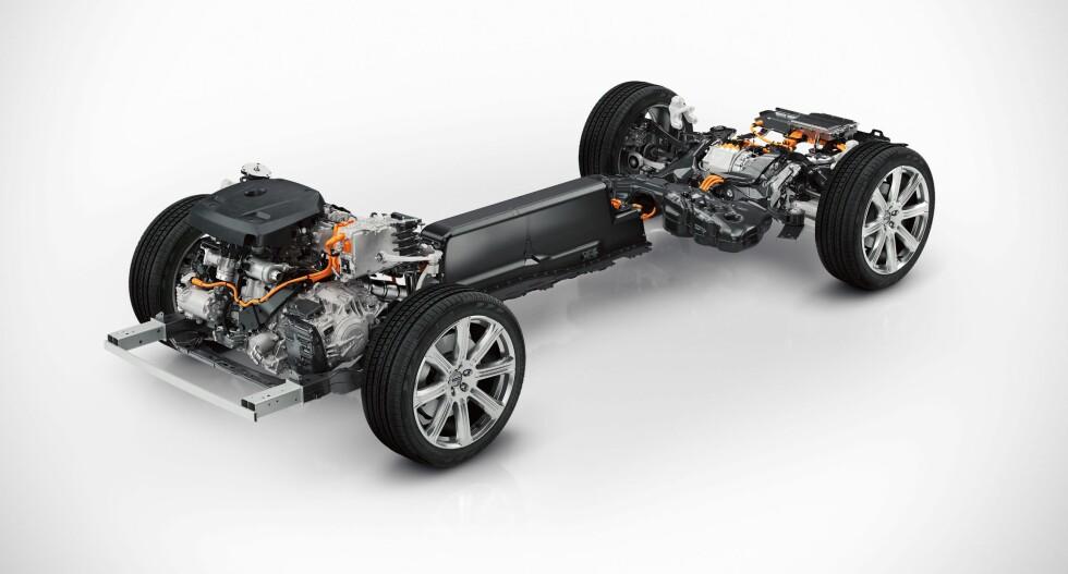 STOR UTGAVE: Her vises den elektrifiserte SPA-«plattformen» som ligger i bunnen av Volvo XC90. En firesylindret turboladet og kompressormatet 2,0-liters Drive-E bensinmotor driver forhjulene og en 80-hesters elmotor driver bakhjulene. Batteripakken er plassert midt i bilen. Foto: VOLVO