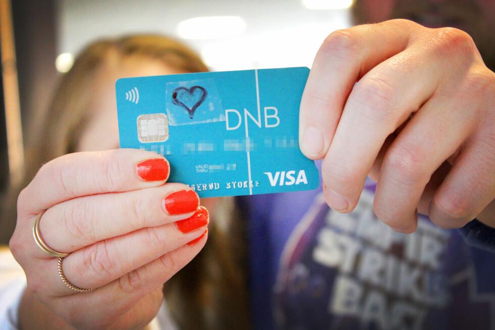 KJÆRESTEPAR I 2015-DA'R: Du trenger ikke felles økonomi for å ha et felles bankkort. Med et par enkle steg blir det å spleise på middager langt enklere.