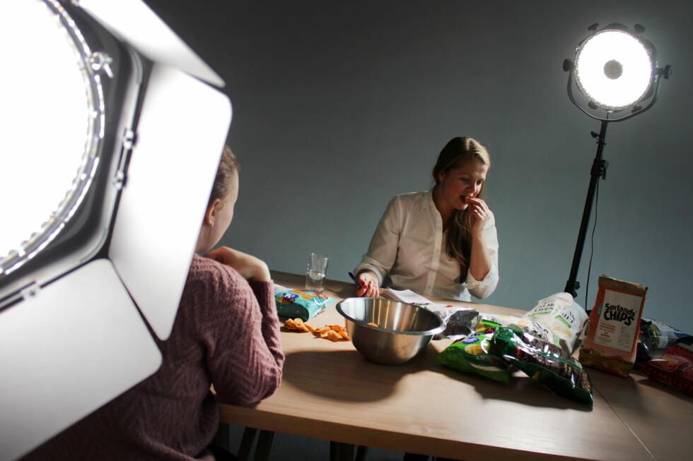 SLIK TESTET VI: Tre av Dinside og Dagbladets journalister har smakt seg gjennom årets snacksnyheter. Vi har bedømt chipsen etter utseende, konsistens, om den innfrir forventningene vi har fra pakken, og sist men absolutt viktigst: SMAK.Det hjelper altså ikke om det er en kjempegod paprikachips - om det egentlig skal smake salt og pepper.  Foto: OLE PETTER BAUGERØD STOKKE