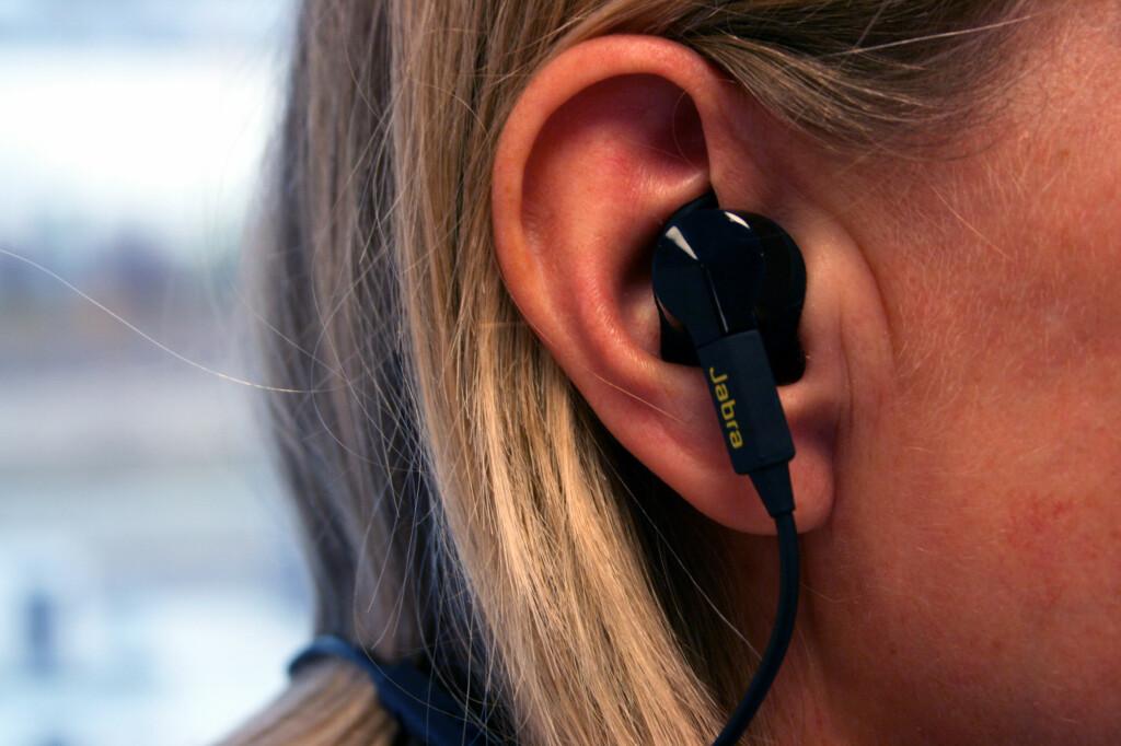 GANSKE STOR: Ettersom øreproppen også skal måle pulsen, er det større enn vanlige ørepropper. De presser noe, men dette merkes først og fremst etter løpeturen. Hvor påfallende dette er, vil selvsagt variere fra øre til øre. Foto: OLE PETTER BAUGERØD STOKKE