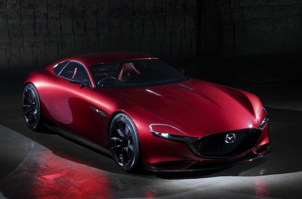 SHOWSTOPPER: Det fortelles om lange køer foran Mazda-standen på bilmessen i Tokyo da den spektakulære konseptbilen RX-Vision ble vist. Og kombinasjonen av den nå veletablerte Kodo-designen og en ny generasjon rotasjonsmotor vekker da også berettiget oppsikt. Foto: MAZDA