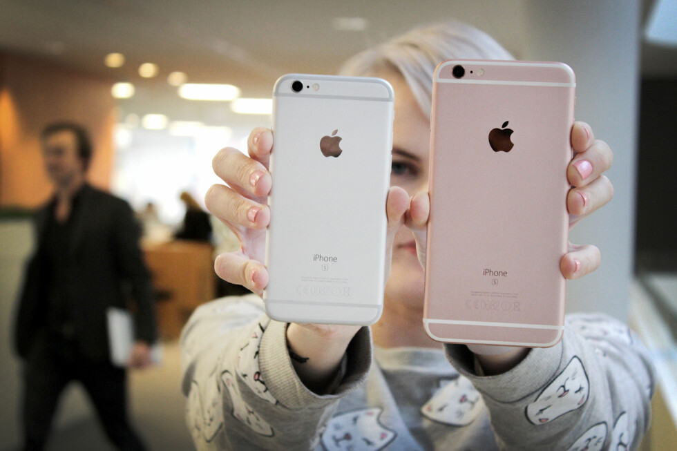 <strong><b>VALGETS KVALER:</strong></b>  Har du først bestemt deg for å kjøpe iPhone, holder det ikke bare å velge hvilken farge du skal ha den i. Du må også bestemme deg for 4,7 eller 5,5 tommer stor skjerm. Foto: OLE PETTER BAUGERØD STOKKE