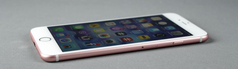 <strong><b>NESTEN LIKE SLANK SOM FØR:</strong></b> iPhone 6s Plus ser omtrent identisk ut med forgjengeren, men er en anelse større, nærmere bestemt 0,2 millimeter tykkere og 20 gram tyngre. Forskjellen er knapt merkbar. Foto: KIRSTI ØSTVANG