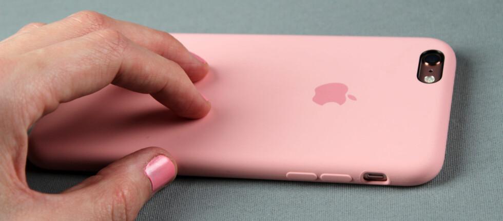 ROSA: De nye iPhone-modellene kommer nå i en ny farge, roségull. I bunn og grunn er det snakk om rosa. Apple tilbyr naturligvis matchende rosa deksel. Foto: KIRSTI ØSTVANG