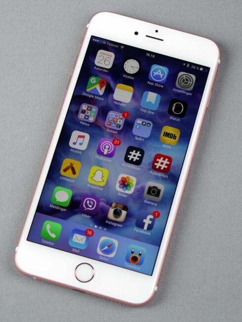 <strong><b>MYE KANT:</strong></b> Hjemknappen på utsiden av skjermen gjør at arealet rundt iPhone-skjermen blir større enn hos mange andre toppmodeller. Foto: KIRSTI ØSTVANG