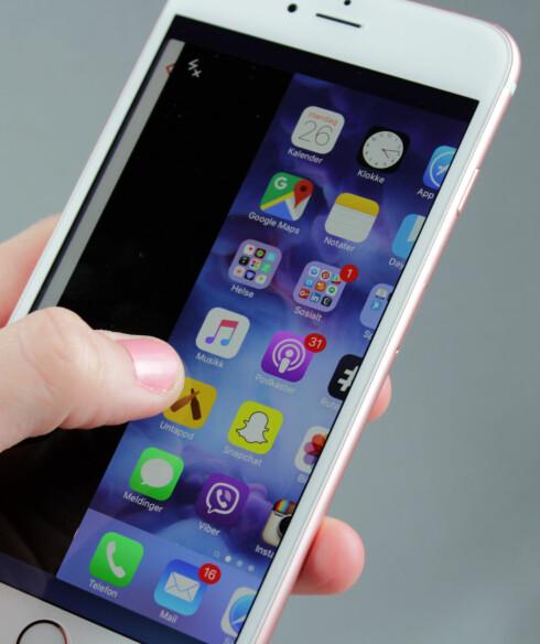 <strong><b>TRYKKFØLSOM SKJERM:</strong></b> iPhone 6s Plus kommer med 3D Touch, der telefonen ikke lenger bare registrerer hvor du har plassert fingeren, men også hvor hardt du trykker. Foto: KIRSTI ØSTVANG