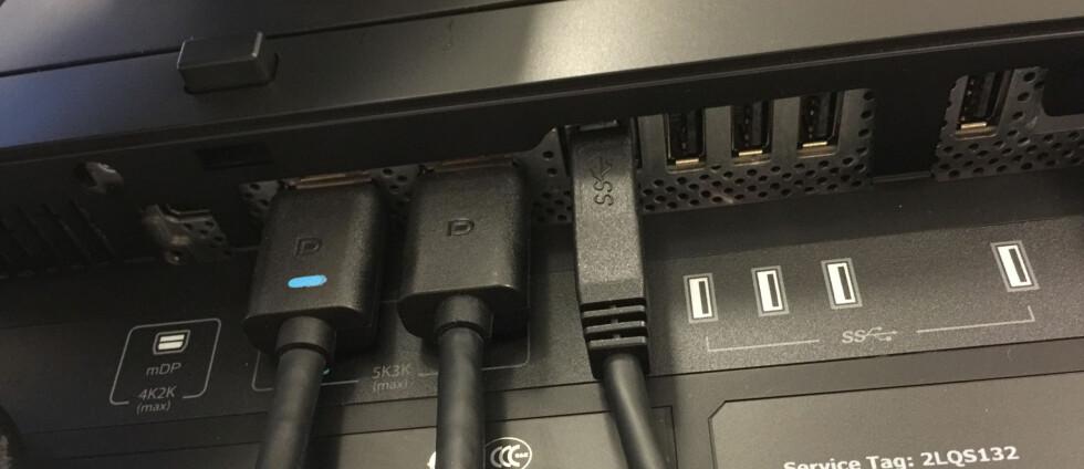 Det kreves kraftig grafikkort og to DisplayPort-kabler for å forsyne skjermen med nok data. Foto: BJØRN EIRIK LOFTÅS
