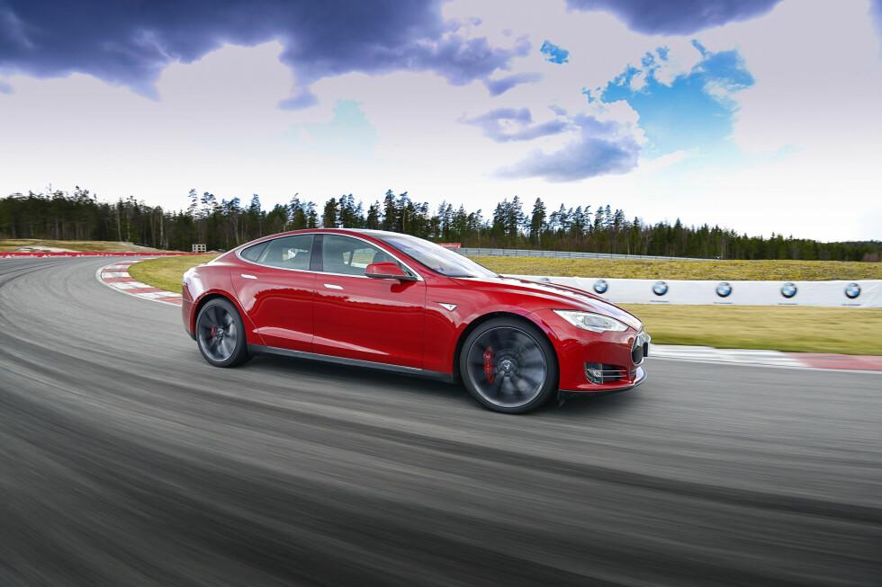 <strong><b>SUPERBILKREFTER:</strong></b> Tesla Model S P85D har hele 700 hestekrefter og en  toppfart på 250 km/t. 0-100 km/t går unna på 3,4 sekunder. Foto: JAMIESON POTHECARY