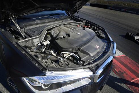 <strong><b>OLD SCHOOL:</strong></b>Motorrommet i BMW-en er litt mer spennende enn hva du finner under panseret på Tesla. Her er det V8-muskler og dobbeltturbo! Foto: JAMIESON POTHECARY