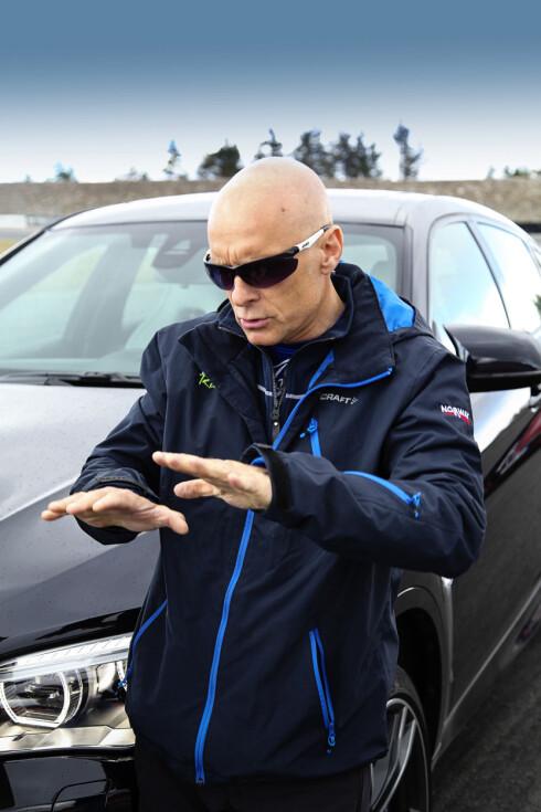 <strong><b>KALKULERT:</strong></b> Tommy forklarer hvordan bilene oppførte seg i svingene på banen. Foto: JAMIESON POTHECARY