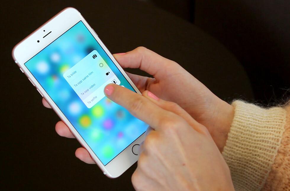 <strong><b>RASKERE SELFIES:</strong></b> På nye iPhone 6s kan du starte opp frontkameraet rett fra hjemskjermen. Foto: OLE PETTER BAUGERØD STOKKE