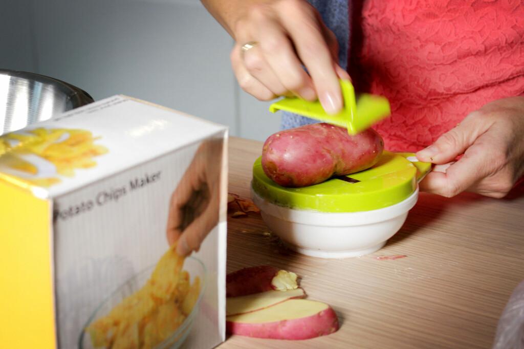 LAGER SKIVER: Slik lager du potetskiver, med skjærebrettet. Foto: OLE PETTER BAUGERØD STOKKE