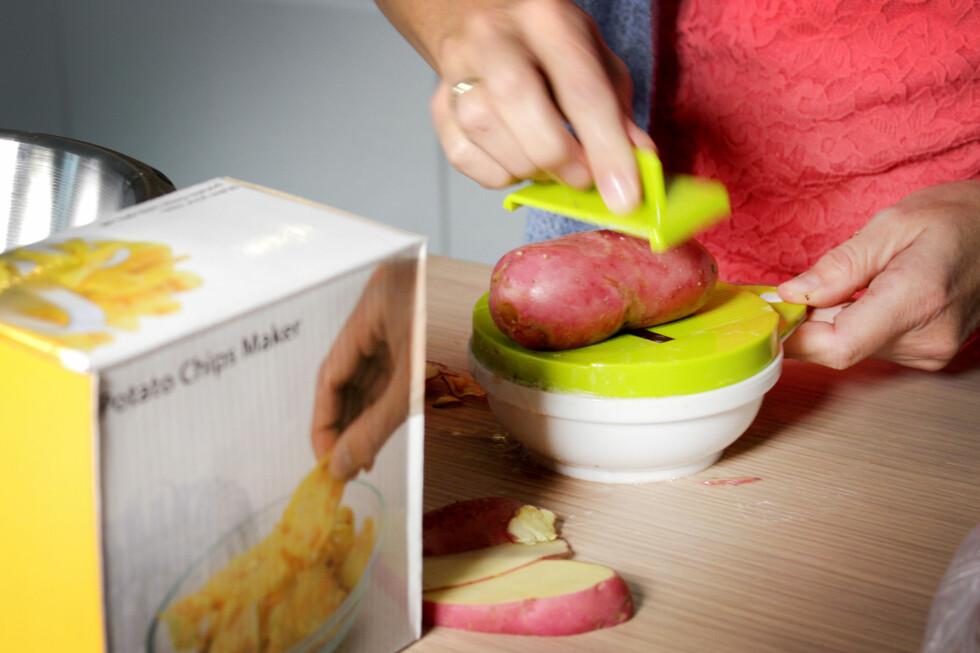 <strong><b>LAGER SKIVER:</strong></b> Slik lager du potetskiver, med skjærebrettet. Foto: OLE PETTER BAUGERØD STOKKE