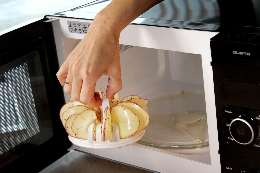 STEK I MIKROEN: Potetskivene er på plass i holderen, og skal grilles i mikroen. Men husk å krydre før grilling, ikke etterpå. Foto: OLE PETTER BAUGERØD STOKKE